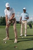 Golfer steckt Ball in Loch
