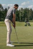 ležérní mladík hrát golf