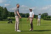 s úsměvem přátelé hrát golf