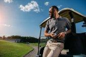 Golfspieler verbringt Zeit auf Golfplatz