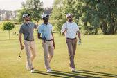 muži hrají golf