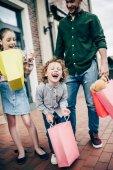 izgatott gyerekek gazdaság bevásárló táskák