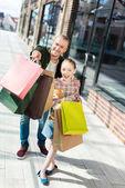 otec a dcera drží nákupní tašky
