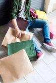 Fotografie Mann-Betrieb-Einkaufstaschen