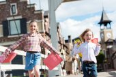 děti běží s nákupní tašky