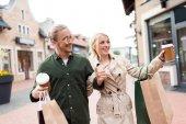 Fényképek séta a bevásárló szatyrok street pár