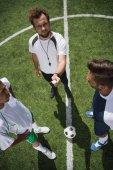 rozhodčí a fotbal hráče