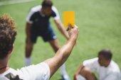 Fényképek játékvezető sárga lapot mutatja