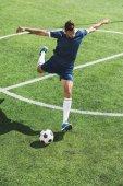 fotbalový hráč s míčem