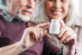 Fotografia Coppie con la bottiglia di pillola