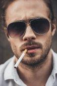 stilvoller junger Mann beim Rauchen