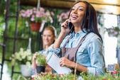 Fényképek virágüzlet beszélő smartphone