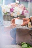 Floristen halten leere Karte