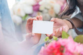 Photo florists holding blank card