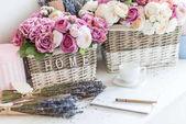 Fotografie flowers in wicker baskets and notebook