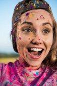 Fotografie glückliches Mädchen auf Holi festival