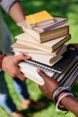 Fotografia studenti in possesso di libri