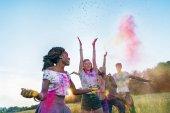 glückliche Freunde beim Holi-Festival