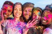 Happy přátelé na holi festival