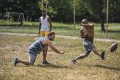 multikulturní muži hraje fotbal