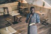 Fotografie africká americká číšník přijetí objednávky