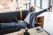 üzletember pihentető laptop