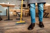 Fotografie muž brooming v kavárně