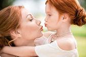 anya és lánya képes megcsókolni