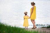 Fotografie Mutter und Tochter zu Fuß im riverside