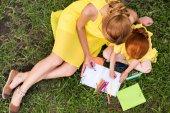 Fotografie Mutter und Tochter zeichnen im park