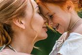 Fotografie Schöne, glückliche Mutter und Tochter