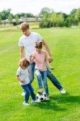 a gyerekek játék futball-apa