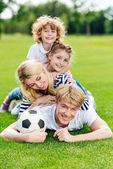 rodina s fotbalovým míčem na park