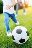 fiú focizni a park