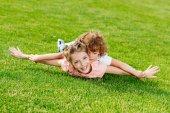 Bratr a sestra leží na trávě
