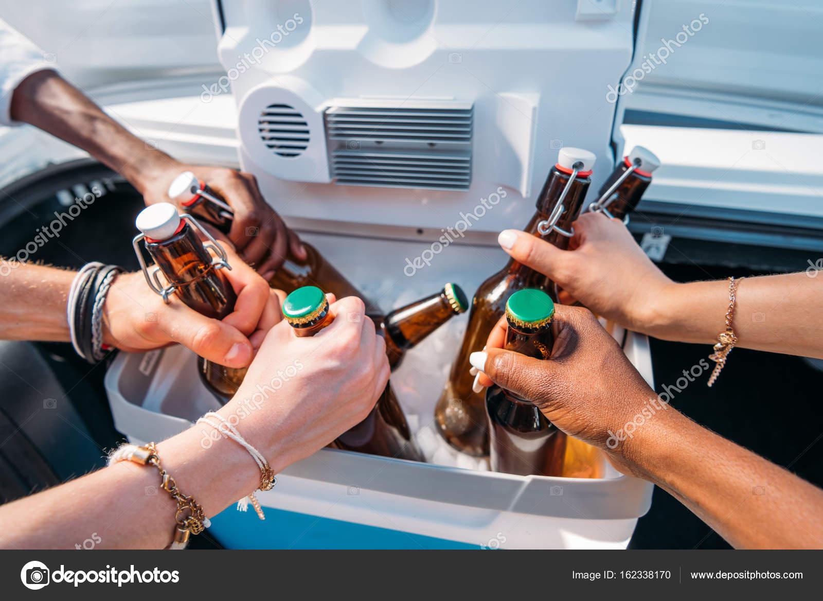 Kühlschrank Tattoo : Menschen die flaschen aus tragbaren kühlschrank u2014 stockfoto