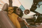 Fotografie africká americká dvojice jízdy auto