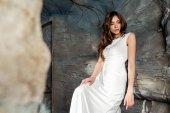 žena v bílých šatech