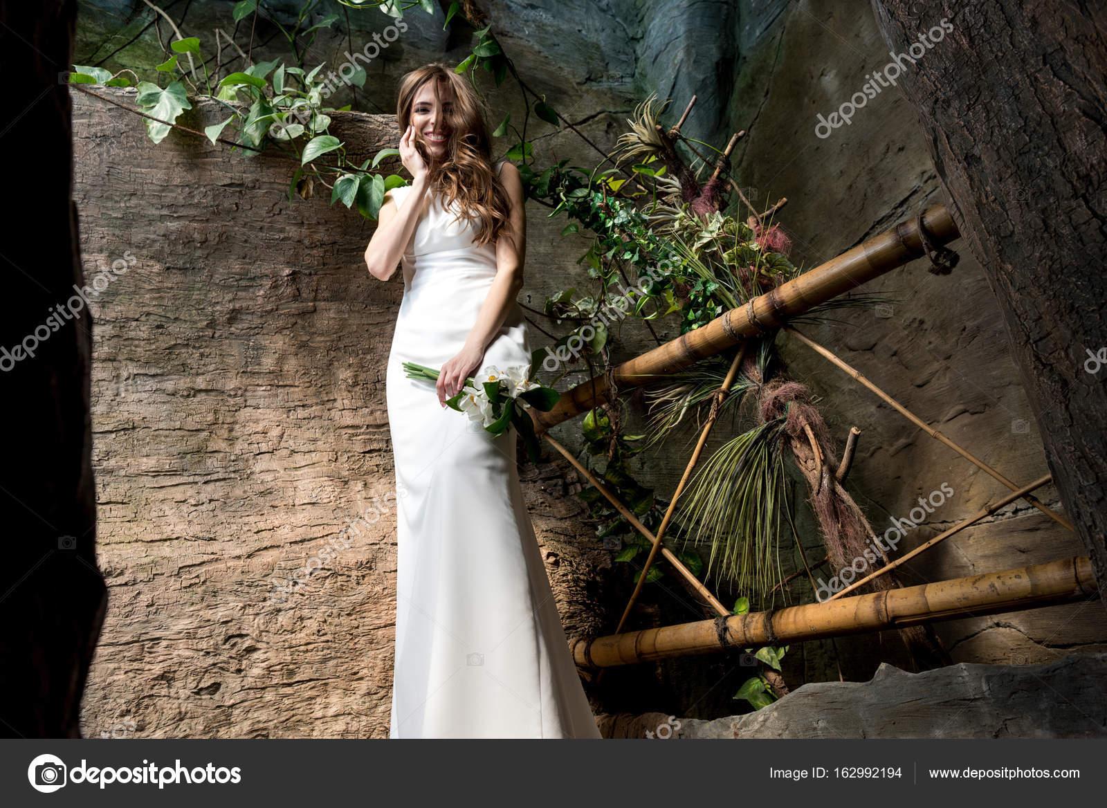hermosa novia vestida de blanco — Foto de stock © ArturVerkhovetskiy ...