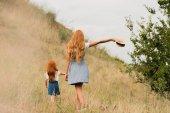 matka a dcera na trávě