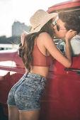 Fotografie kissing through car window