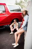 pár jelentő vintage autó mellett