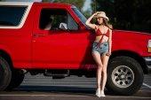 nő pózol mellett klasszikus autó