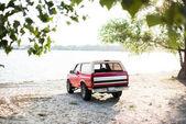 červené auto v riverside