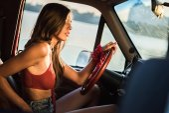 Fotografie woman driving car