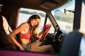 Fotografia donna guida auto