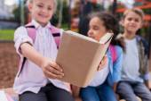 multiethnische Schüler lesen Buch