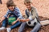 Školáci s fotbalovým míčem