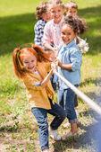 Fotografie děti hrají přetahovanou