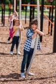 Fotografie Kinder spielen am Spielplatz